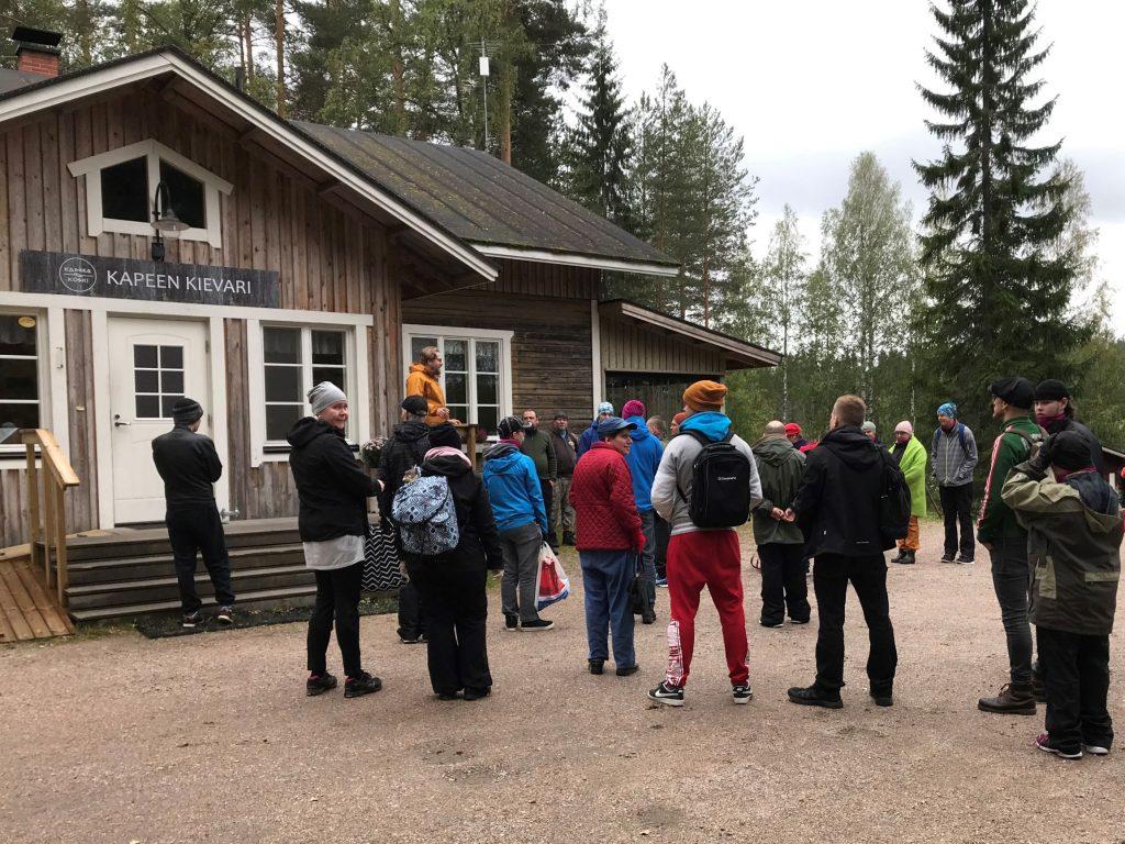 Syysseikkailuun osallistujat kuuntelemassa alkuinfoa Kapeen kievarin pihassa.