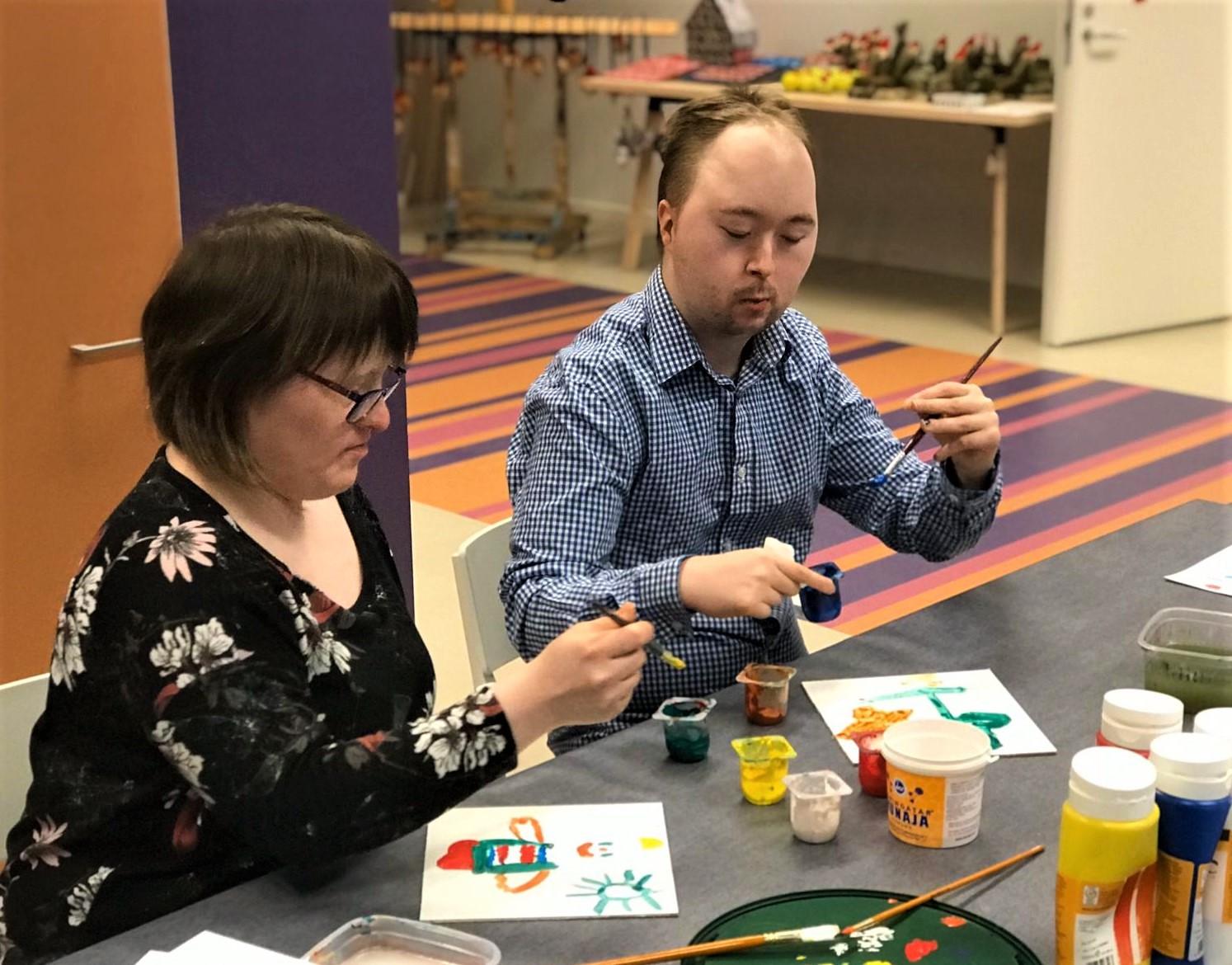 Jenni ja Elmeri maalaamassa minitauluja